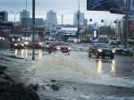 ВЕкатеринбурге наулице Бебеля изтрубы забил фонтан схолодной водой