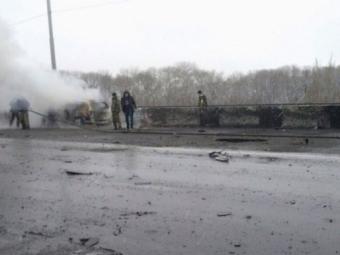 ВДонецке снаряд попал вавтомобильный мост: сгорели машины, есть погибшие ипострадавшие