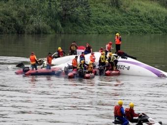Спасатели ищут ещё 12 человек— Крушение TransAsia