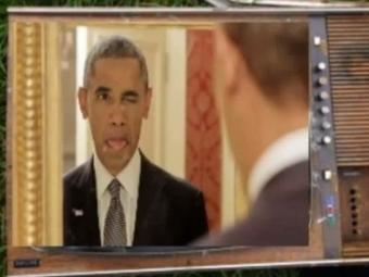 Обама кривлялся и делал селфи перед зеркалом для рекламного ролика