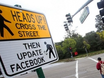 Дорожный знак для спасения Facebook-зависимых пешеходов иводителей установили вСША