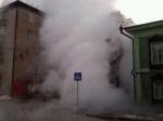Фонтан горячей воды забил вТюмени выше 9 этажа