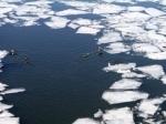Наюге Сахалина спасатели снимают сотколовшейся льдины сотни рыбаков