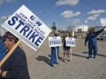 Рабочие трёх крупнейших американских нефтеперерабатывающих заводов объявили забастовку