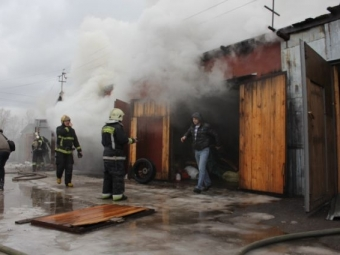 ВГорелово 26 спасателей тушат 6 гаражей