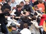 Врезультате стычки футбольных фанатов пострадали 12 полицейских