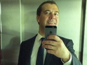 Медведев сделал селфи вчесть миллиона подписчиков винстаграме