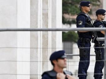Полицейский-стриптизер вПорту выступал спистолетом