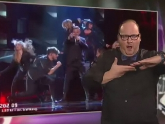 Сурдопереводчик, «станцевавший» песни шведского отборочного тура «Евровидения» стал звездой интернета