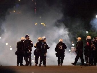 ВМонреале протестующие студенты разгромили несколько полицейских машин