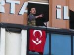 Двое мужчин соружием вошли вофис правящей партии вСтамбуле