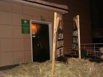 Вывалившего навоз уСбербанка новосибирского фермера оштрафовали