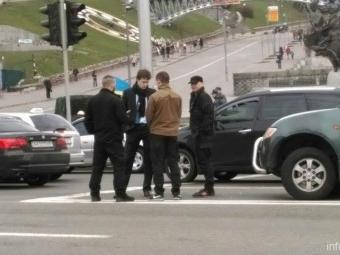 Бойцы «Азова» въехали вавто сына Порошенко вцентре Киева, идут разборки