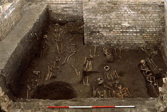 Британские археологи нашли средневековое кладбище ученых и студентов