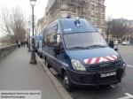 Неизвестный забаррикадировался вгостинице наокраине Парижа, заявив, что унего бомба
