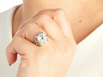 Если выревнивы, купите жене «кольцо верности»