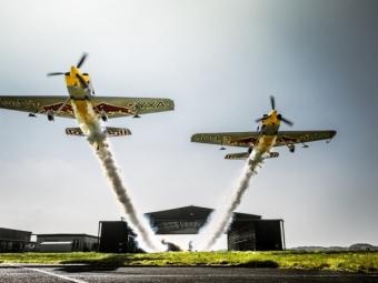 Два самолета пролетели сквозь один ангар вметре отземли— Картинка дня