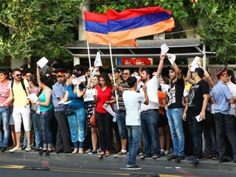 Народные избранники Армении встали «живой стеной» перед полицией