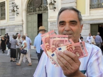 Противники принятия предложений интернациональных кредиторов, понекоторым данным, побеждают нареферендуме вГреции