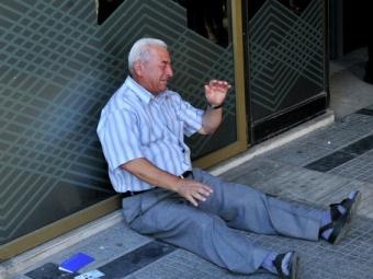 Бурю эмоций вглобальной паутине вызвала фотография плачущего греческого пенсионера