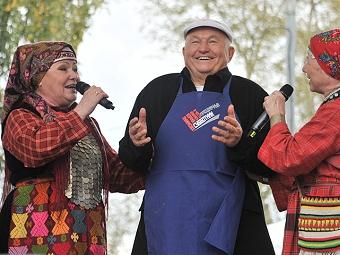 Более 6000 человек пришли помочь Юрию Лужкову воссоздать сад в «Коломенском»
