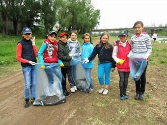 В Стерлитамаке школьники очистили от мусора берег Ашкадара