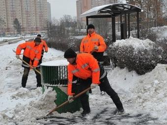 В Москве убирающим снег коммунальщикам выдают еду