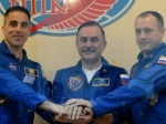 Космонавты успешно приземлились на Землю