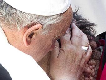 Папа Римский Франциск молится за всех бедных и больных