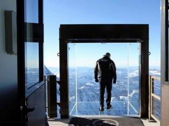 Во Франции для посещений туристами открыт стеклянный куб на километровой высоте