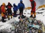Непал обязал покорителей Эвереста собирать там мусор