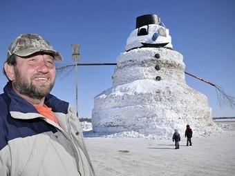 Фермер из США создал огромного снеговика как символ окончания зимы