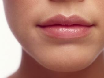 Почему трескаются уголки губ?