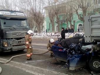 Трое студентов погибли в«ВАЗе», раздавленном «тисками» издвух грузовиков