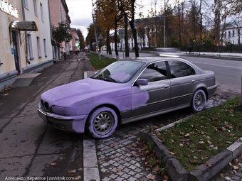 Новгородские маляры перекрасили припаркованную у тротуара BMW в сиреневый цвет