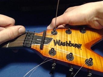 Как поменять струны на акустической гитаре