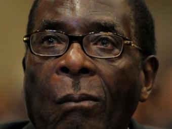 Старейший африканский лидер Мугабе упал слестницы, обращаясь кнароду