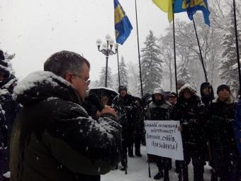Активисты пикетируют здание Верховной рады вКиеве