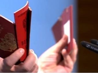 Порошенко показал вМюнхене паспорта «задержанных российских военных»
