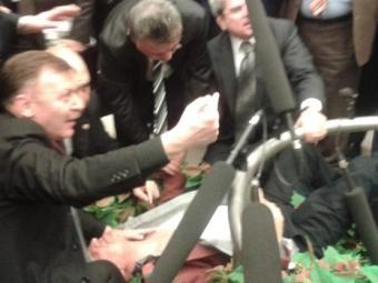 Пятеро депутатов травмированы после драки впарламенте Турции