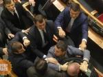 Депутаты заблокировали трибуну итребуют отставки главы Нацбанка— ВРаде беспредел