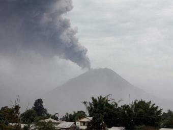 Около 6 тысяч человек эвакуируют из-за активности вулкана вИндонезии
