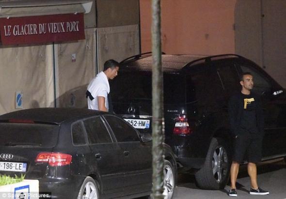 Полиция поймала Роналду, который мочился начужое авто: фотофакт