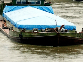 Баржа протаранила шлюзы канала имени столицы