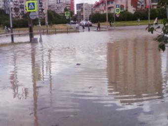 Из-за дефекта теплосети наПражской образовалось грязевое озеро