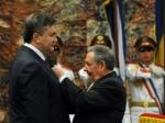 Рауль Кастро наградил Януковича орденом
