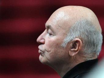 Лужков объяснил вызов на допрос политикой