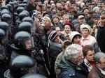 Митингующие снова снесли забор Верховной Рады