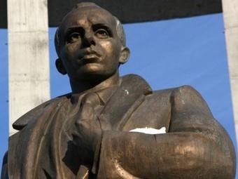На Украине повредили и залили краской памятник Степану Бандере