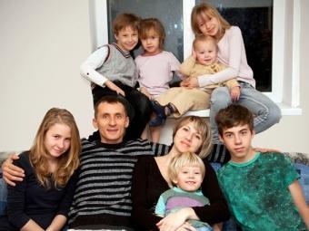 8 тысяч рублей натретьего ребенка будут ежемесячно получать многодетные семьи Вологодской области в2015 году